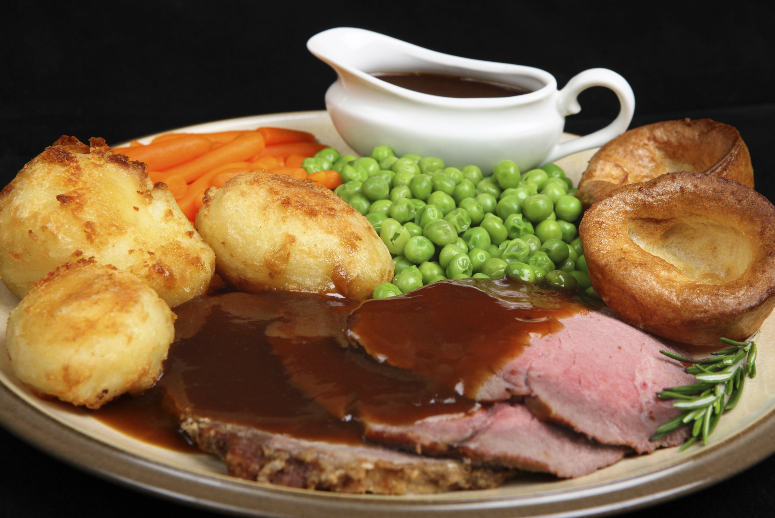 Roast beef with a side of peas and carrots