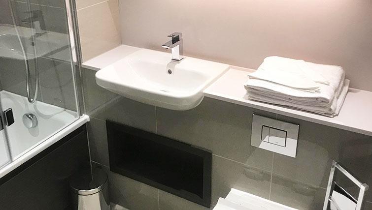 Charles Hope Waterloo Apartments: Bathroom