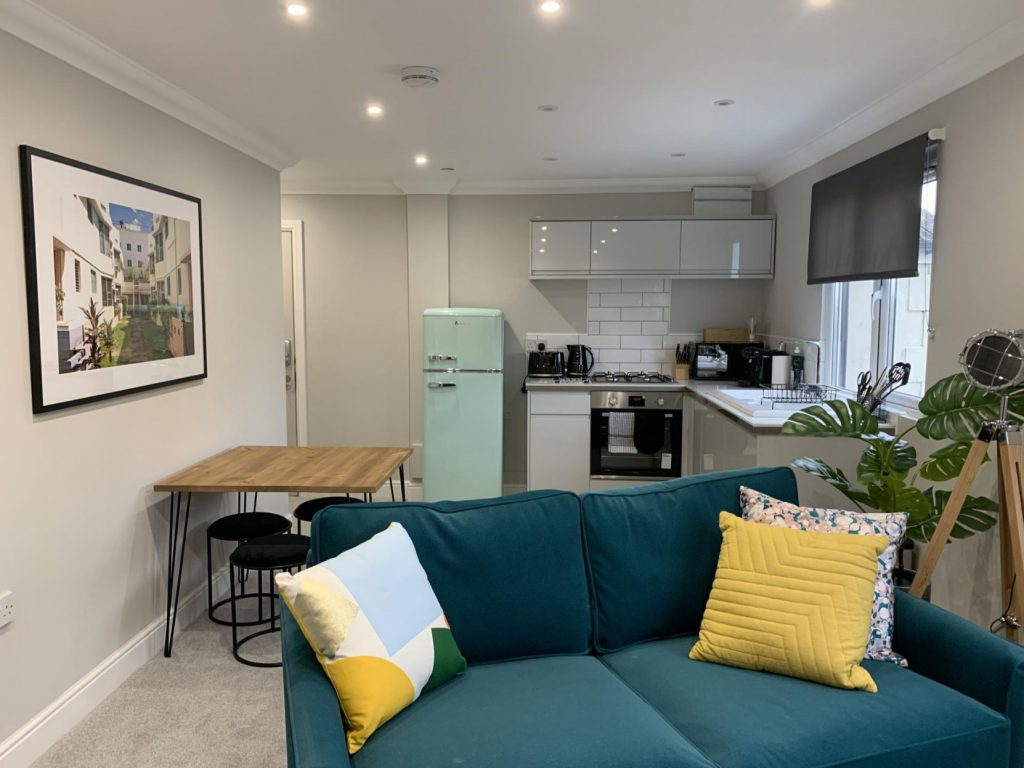 Cardiff Victoria House Serviced Apartments living room