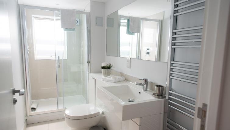 Pristine bathroom at Jubilee House Apartments - Citybase Apartments