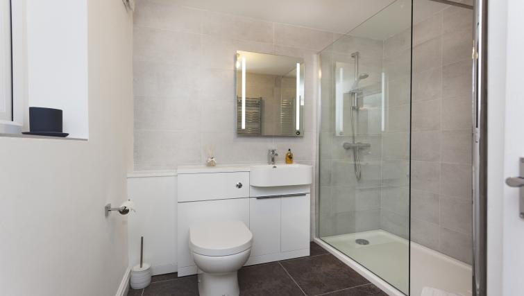 Immaculate bathroom at Beaver Green Apartment - Citybase Apartments