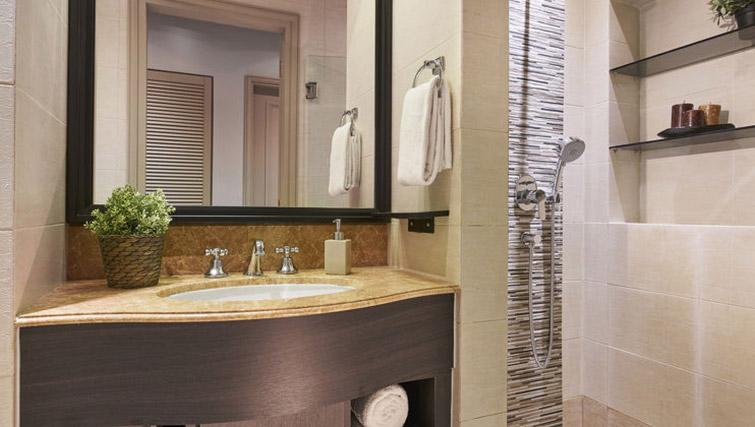 Immaculate bathroom at Regency House Apartments, Singapore - Citybase Apartments