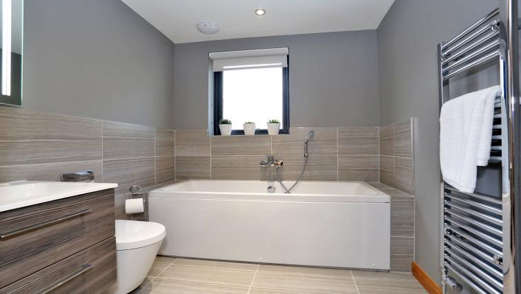 Bath at West Cults Apartments - Citybase Apartments