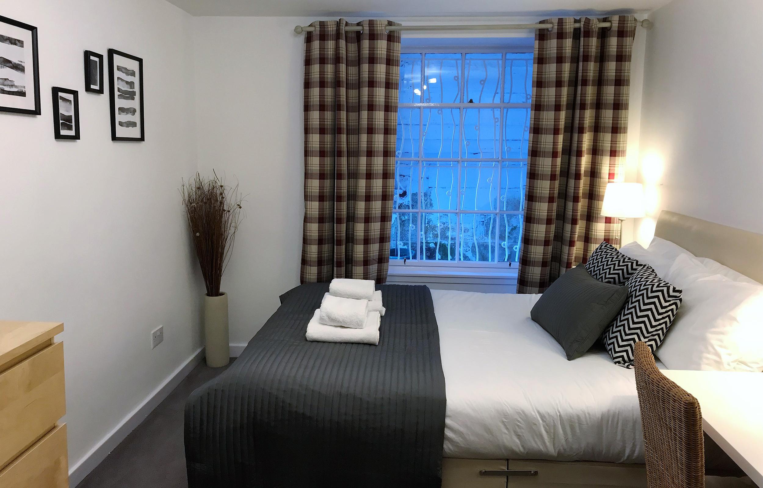 Double bed at Lansdowne Garden Apartment - Citybase Apartments
