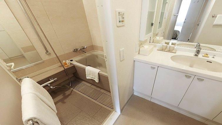 Modern bathroom in Oakwood Residence Aoyama Tokyo - Citybase Apartments
