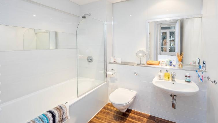 Bath and shower at Still Life Clerkenwell Deluxe - Goswell - Citybase Apartments