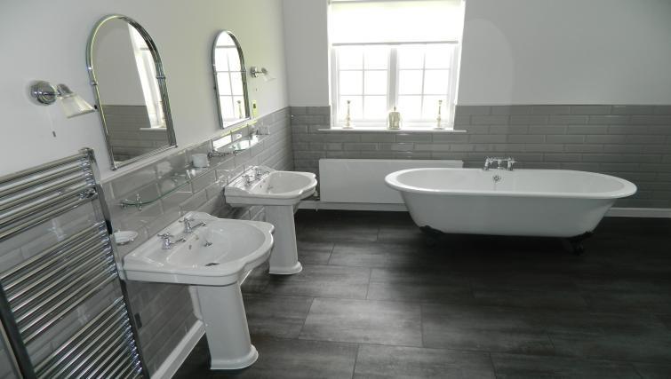 Large bathroom at Birchover Bridgford Hall Apartments - Citybase Apartments