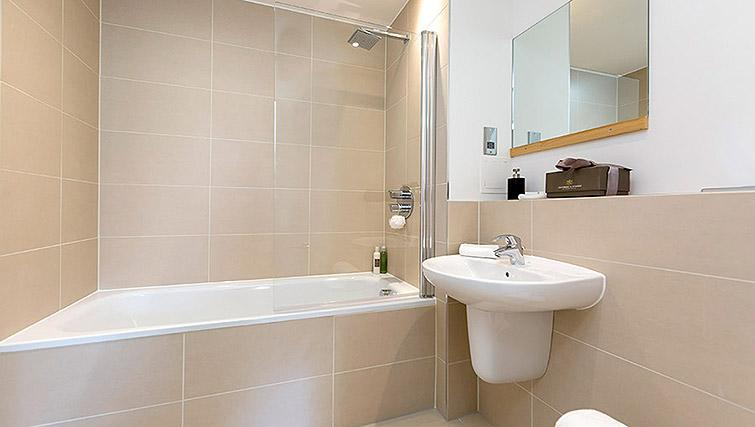 Full bathroom at Dream Apartments Belfast Obel - Citybase Apartments