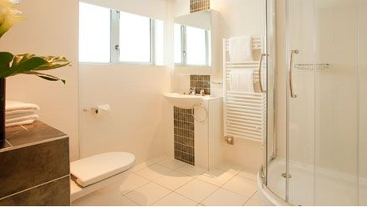 Airy bathroom in SACO Holborn - Lamb's Conduit Street - Citybase Apartments