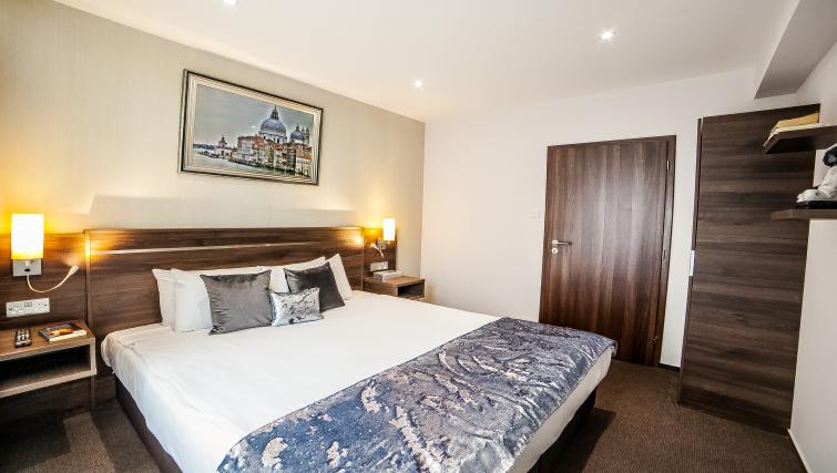Comfortable bed at the Hampton Suites Apartments - Citybase Apartments