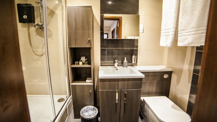 Bathroom facilities at the Hampton Suites Apartments - Citybase Apartments
