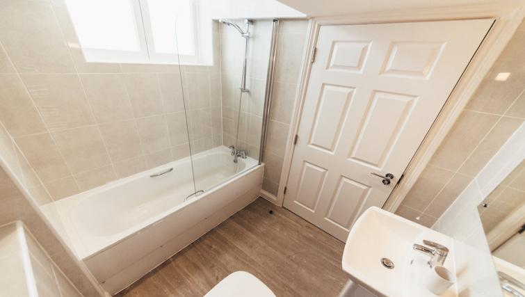Pristine bathroom at Friar Gate Derby Apartments - Citybase Apartments