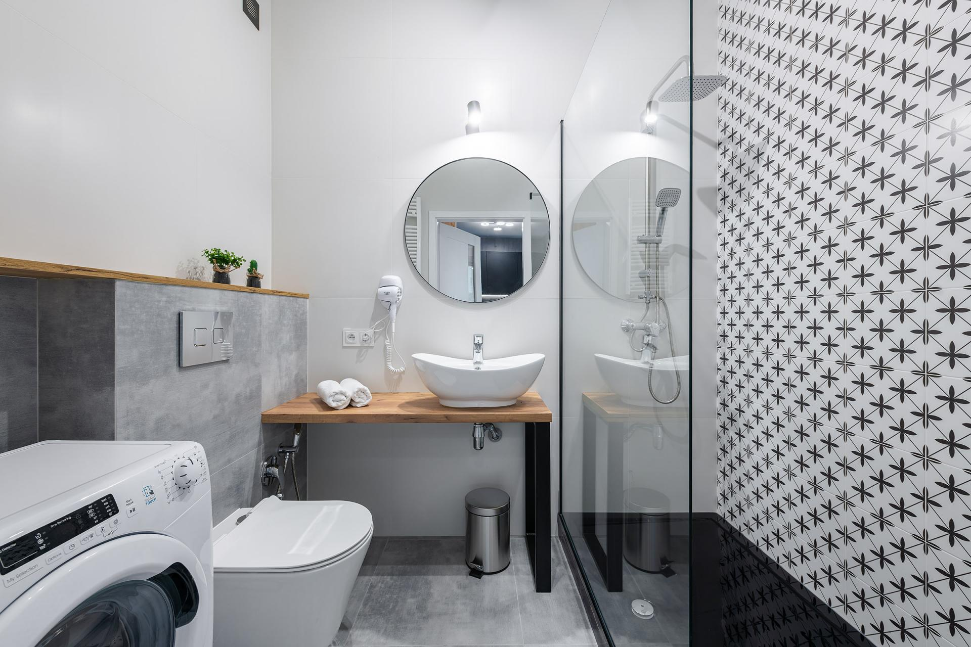 Modern bathroom at Cybernetyki 4 Apartment, Sluzewiec, Warsaw - Citybase Apartments