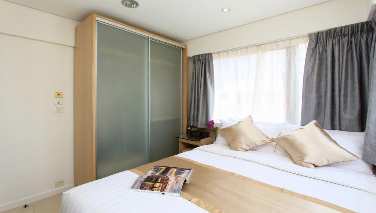 Queen size bed at Wan Chai Apartments - Citybase Apartments