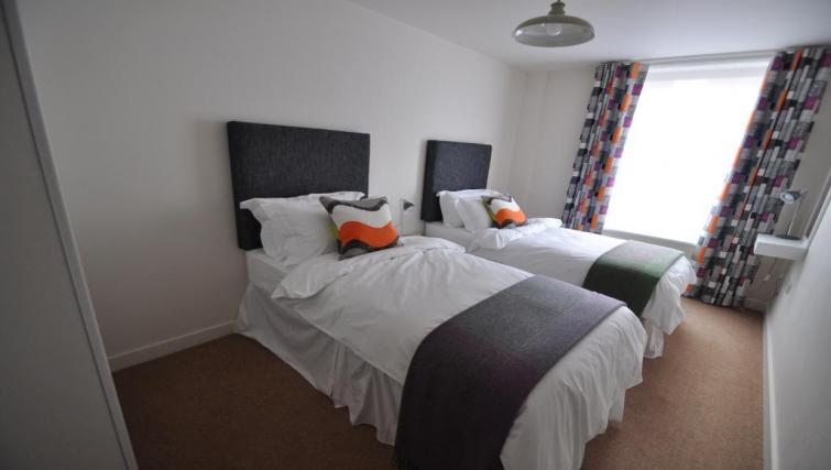 Twin beds at 10 Freedom Quay Apartment - Citybase Apartments