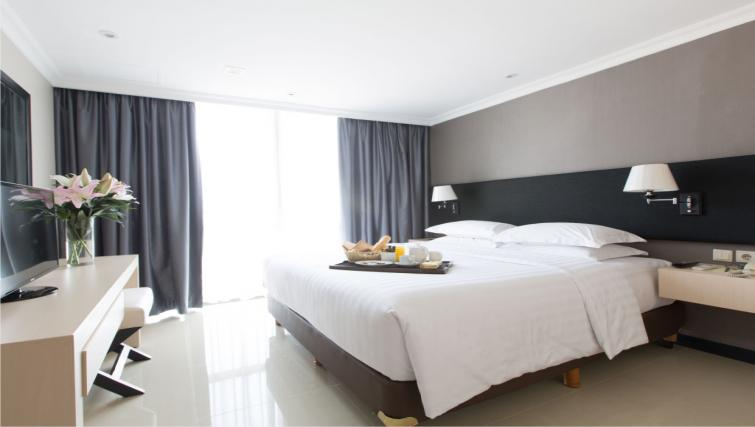 Large bedroom at the Hotel Kristal Jakarta - Citybase Apartments