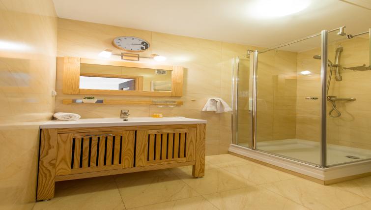 Bathroom at Metro Imielin Apartment - Citybase Apartments