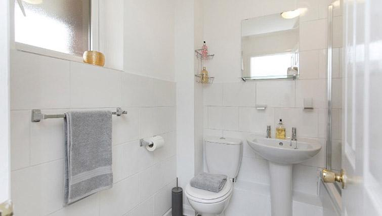 Main bathroom at Flamingo Court Apartment - Citybase Apartments
