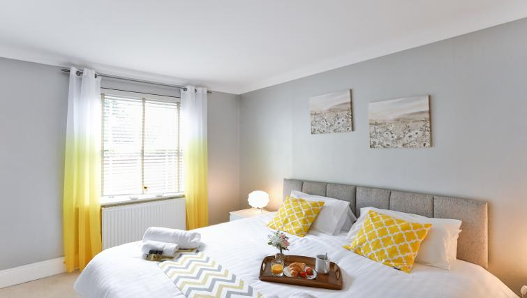 Yellow bedroom at Jubilee Mansions Apartments - Citybase Apartments