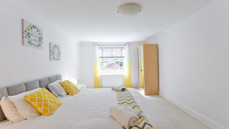 double bed at Jubilee Mansions Apartments - Citybase Apartments
