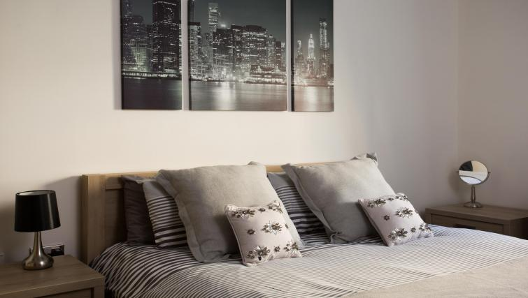 Bed at the Venice House - Citybase Apartments