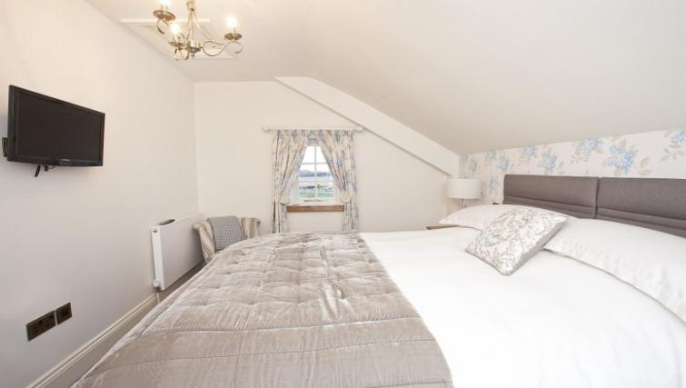 Bed at Holtby Farm Cottages - Citybase Apartments