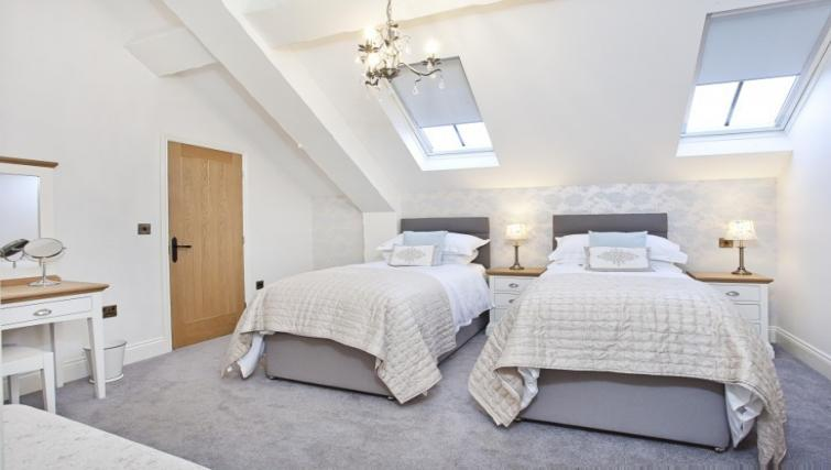 Twin beds at Holtby Farm Cottages - Citybase Apartments