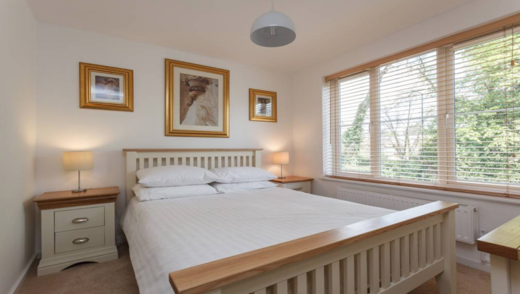 Double bed at Highgrove House - Citybase Apartments