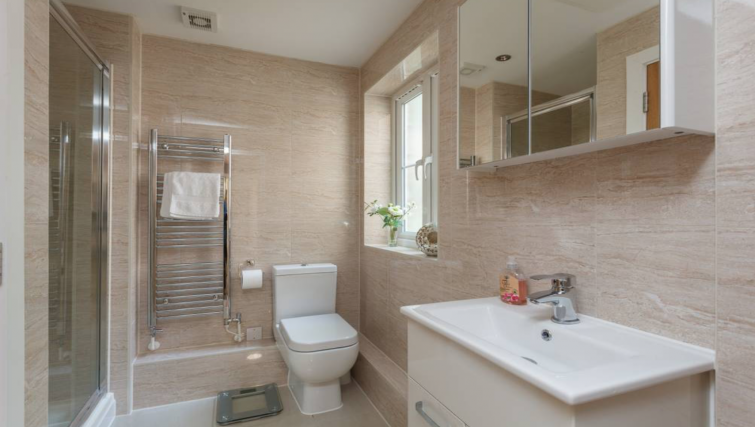 Spacious bathroom at Highgrove House - Citybase Apartments