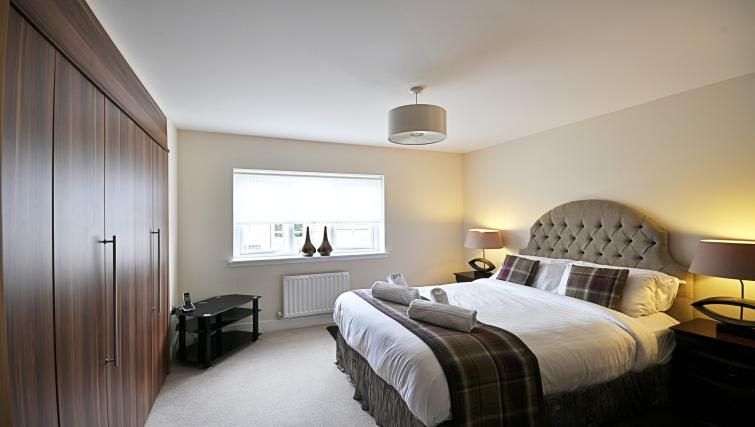 Double bed at Kirk Green Villa - Citybase Apartments