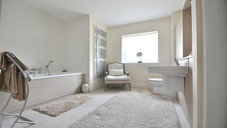 Bath at Kirk Green Villa - Citybase Apartments
