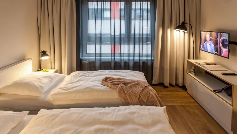 Twin beds at the Smartments Wien Hauptbahnhof - Citybase Apartments