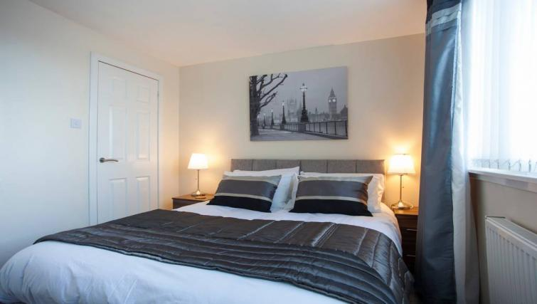 Double bed at the Paris Street Apartment - Citybase Apartments