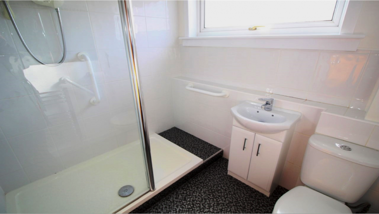 Bathroom at the Garry Place Apartment - Citybase Apartments