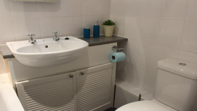 Bathroom at the Glenbervie Road Apartment - Citybase Apartments