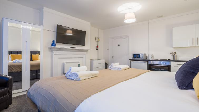 Big bed at the West Street Studios - Citybase Apartments