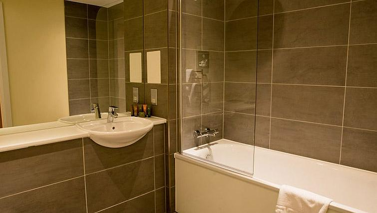 Bathroom at Clarendon Arc House - Citybase Apartments