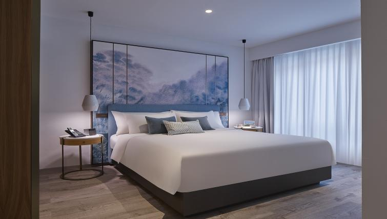 Large bed at the Winsland Apartments, Singapore - Citybase Apartments