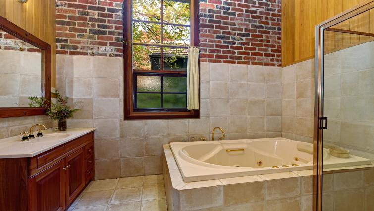 Bathroom at Rocky Creek Art Garden Studio - Citybase Apartments