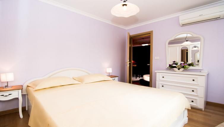 Double bed at Sala Palatului Apartment - Citybase Apartments