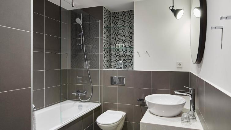 Bathroom at Residence Inn Amsterdam Houthavens - Citybase Apartments