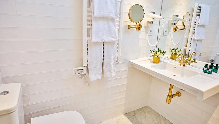 Bright bathroom at 11th Principe Apartments - Citybase Apartments