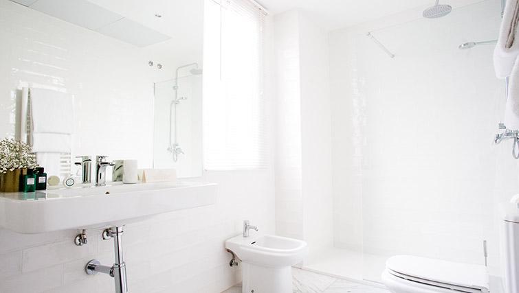 Modern bathroom at 11th Principe Apartments - Citybase Apartments