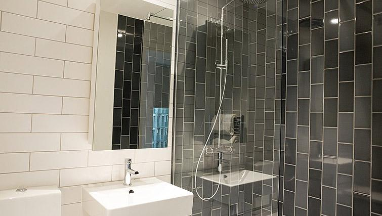 Shower room at Clarendon Masthead House - Citybase Apartments