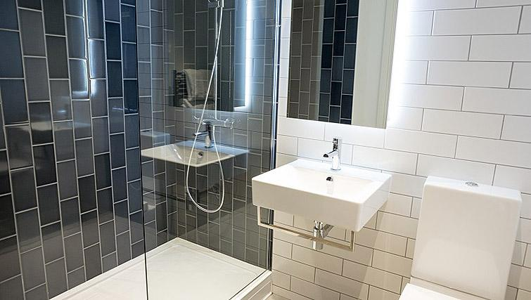 Excellent bathroom at Clarendon Masthead House - Citybase Apartments