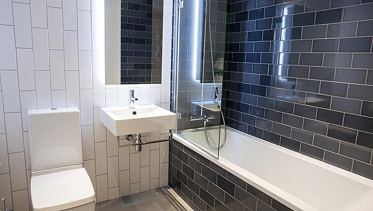 Full bathroom at Clarendon Masthead House - Citybase Apartments