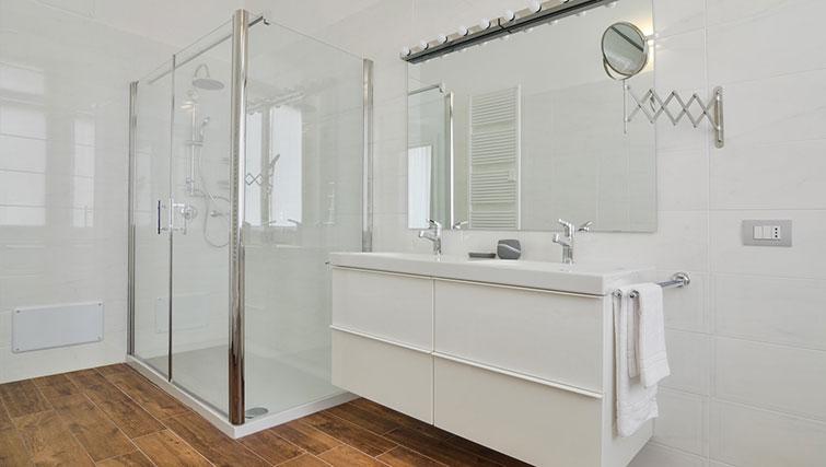 Shower at Bohème-6 Apartment - Citybase Apartments