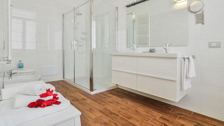 Bathroom at Bohème-6 Apartment - Citybase Apartments