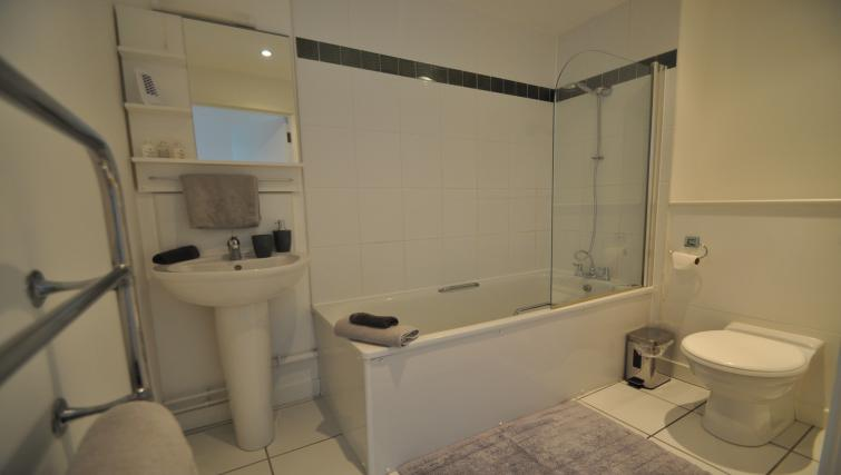 Main bathroom at Queens Court Apartments - Citybase Apartments