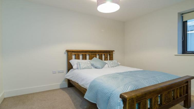 Bed at Custom House Square Apartment - Citybase Apartments